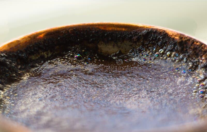 ha preparato di recente il caffè nero naturale con schiuma in caffettiera di rame tradizionale fotografie stock libere da diritti