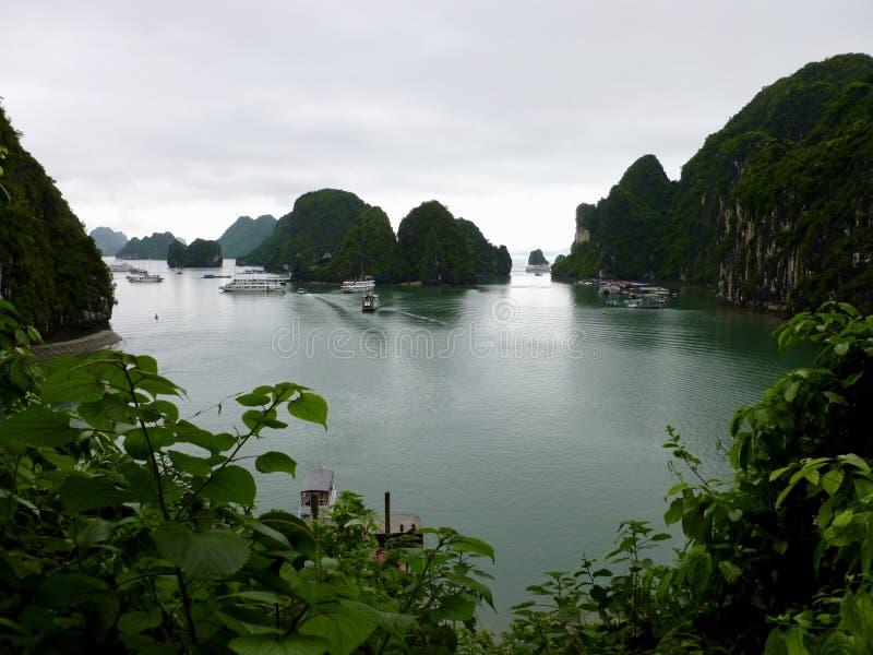 Ha snakken Baai in Vietnam zoals die van Verrassingshol wordt gezien royalty-vrije stock afbeelding