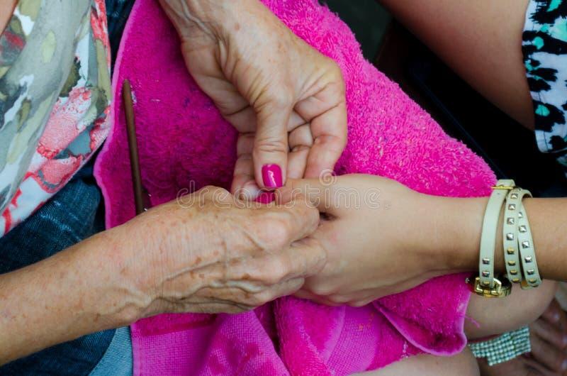 Ha spikar gjort med härliga rosa färger fotografering för bildbyråer