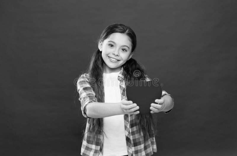 Ha sund hj?rta Litet barn som uttrycker f?r?lskelse p? valentindag Liten flicka som rymmer stor r?d hj?rta Gullig flicka in royaltyfri fotografi