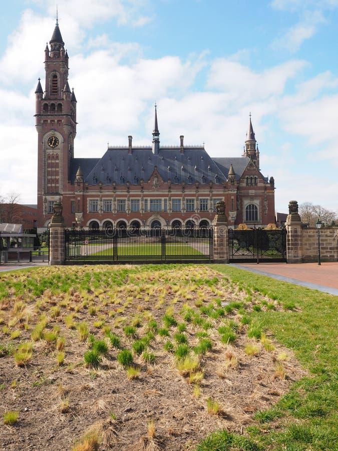 Haag Nederländerna - 2015, mars 22: Fredslotten och förgården, administrativ byggnad och arkiv, hem av internaten arkivfoton