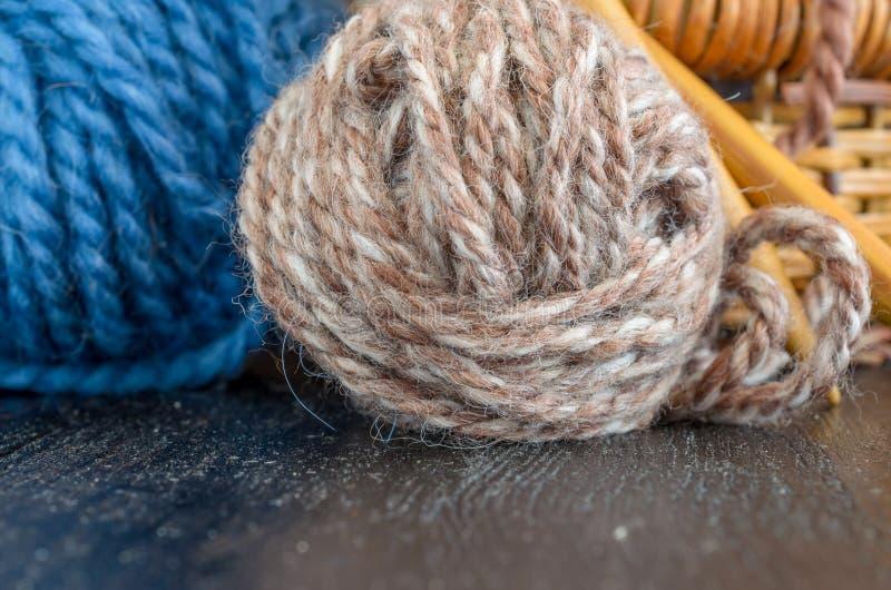 Haak en het breien reeks Garenballen en houten naalden Eigengemaakt hobbyconcept stock afbeeldingen