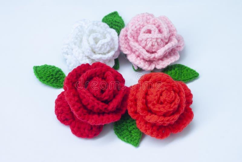Haak rozen met garen voor het geven aan die wij houden van stock afbeelding