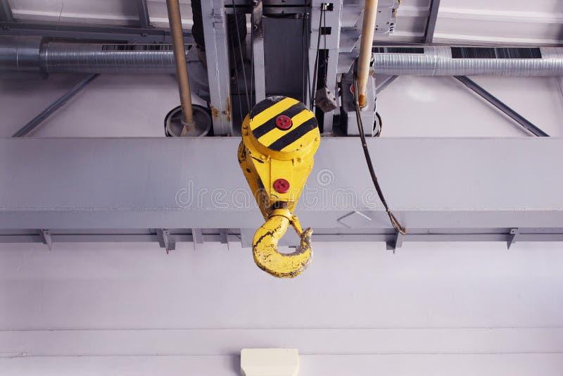 Haak van de wartel de elektrische kraan voor luchtkraan in de workshop stock foto