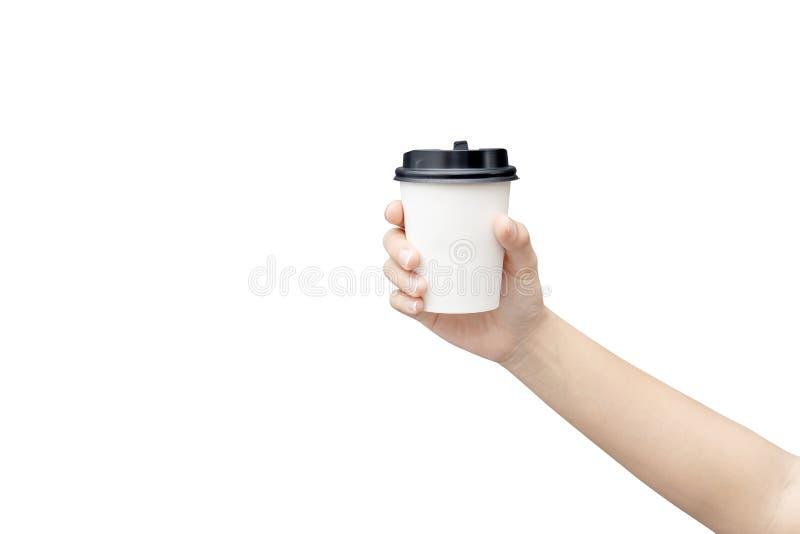 Haal de achtergrond van de koffiekop weg Vrouwelijke hand die een koffiedocument kop houden die op witte achtergrond met het knip royalty-vrije stock afbeeldingen