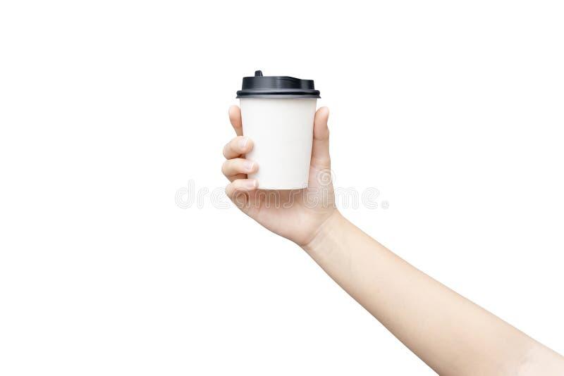 Haal de achtergrond van de koffiekop weg Vrouwelijke hand die een koffiedocument kop houden die op witte achtergrond met het knip stock foto