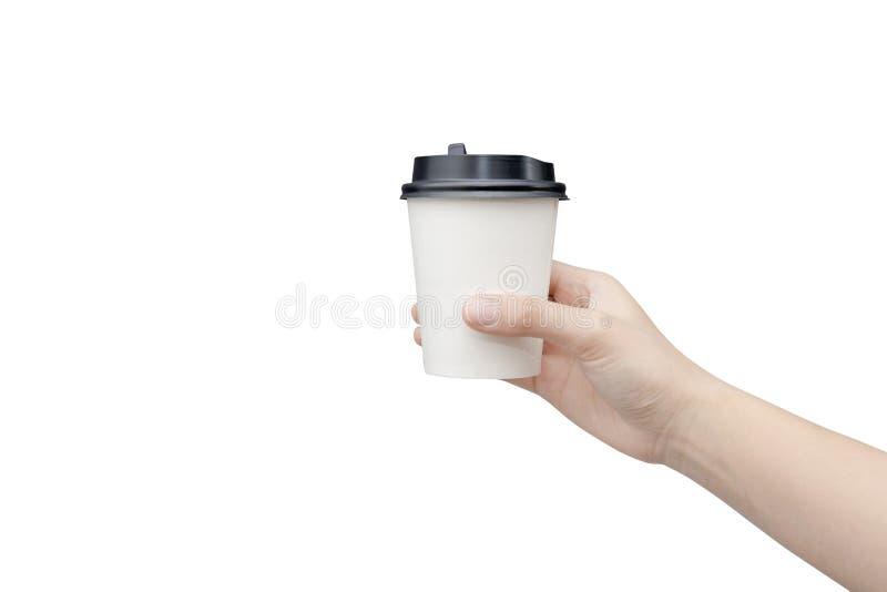 Haal de achtergrond van de koffiekop weg Vrouwelijke hand die een koffiedocument kop houden die op witte achtergrond met het knip royalty-vrije stock afbeelding