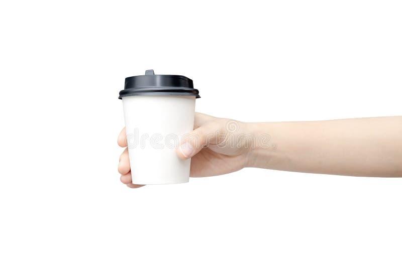 Haal de achtergrond van de koffiekop weg Vrouwelijke hand die een koffiedocument kop houden die op witte achtergrond met het knip royalty-vrije stock foto's