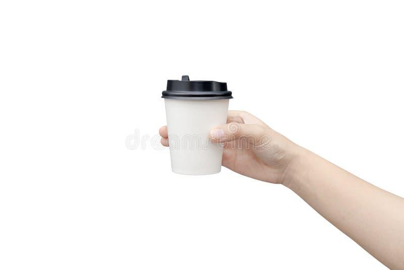 Haal de achtergrond van de koffiekop weg Vrouwelijke hand die een koffiedocument kop houden die op witte achtergrond met het knip royalty-vrije stock fotografie
