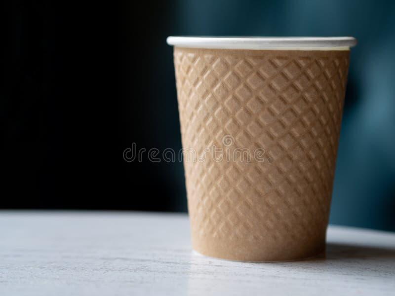 Haal een plastic kop van koffie op een houten lijst weg royalty-vrije stock afbeelding
