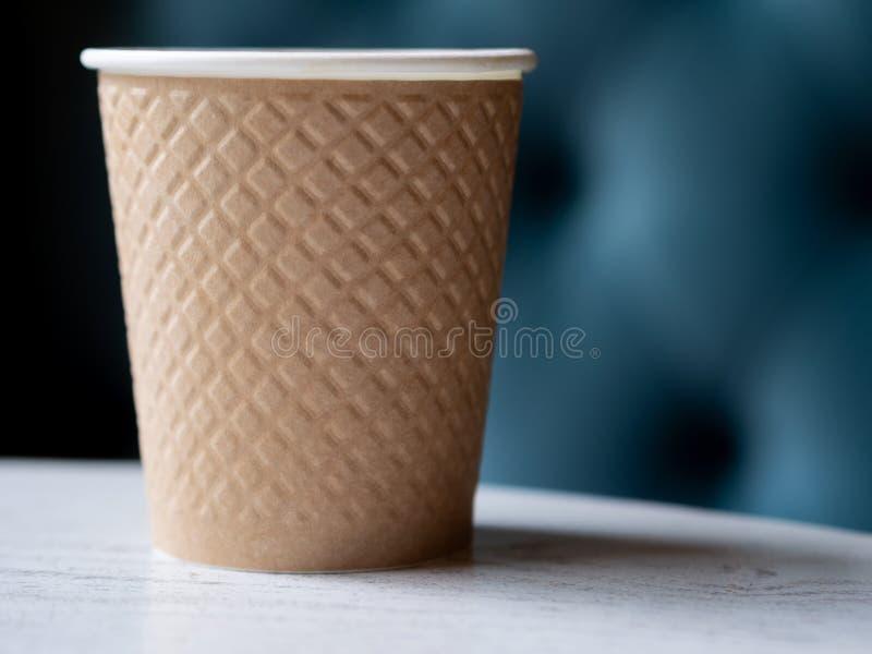 Haal een plastic kop van koffie op een houten lijst weg royalty-vrije stock foto