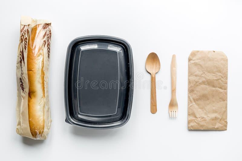Haal met sandwich en document zakken op lijst hoogste mening als achtergrond weg royalty-vrije stock foto