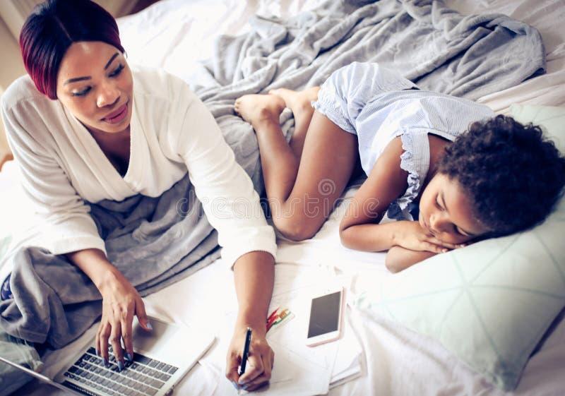 Haal voordeel uit vrije tijd om van huis te werken royalty-vrije stock afbeelding