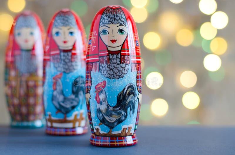 Haan - een symbool van het Nieuwjaar Het beeld op de pop matr royalty-vrije stock afbeelding