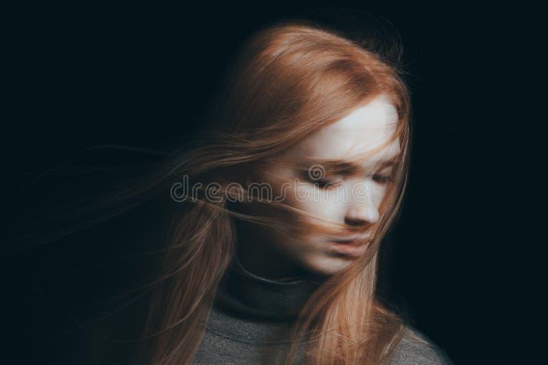 Haar, das auf Mädchen ` s Gesicht fällt lizenzfreie stockfotografie