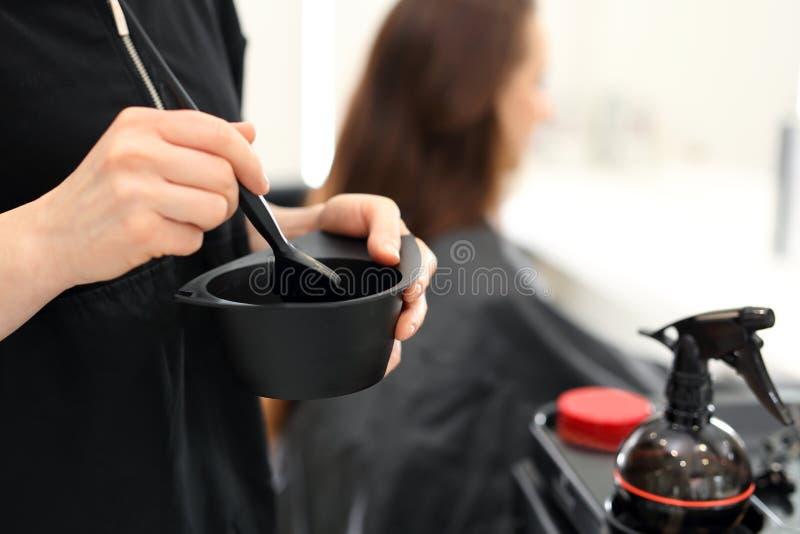 Haar die in haarsalon verven stock afbeelding