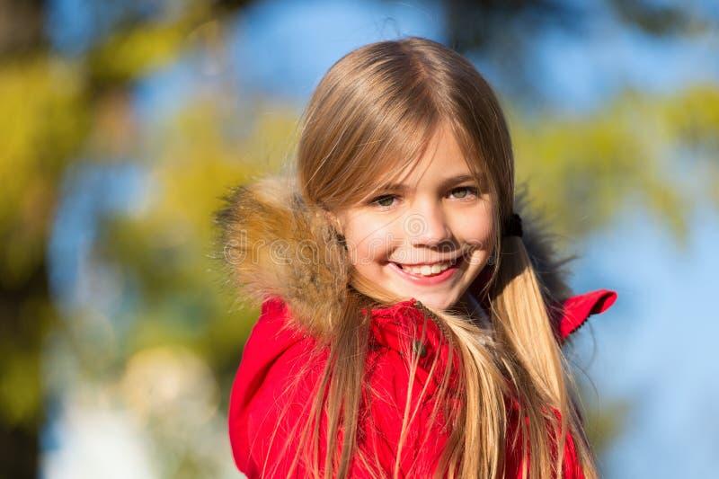 In haar eigen stijl Houd de herfstdagen van lichaams warme kleren Het concept van de de herfstuitrusting Kind vrolijk op dalingsg stock fotografie