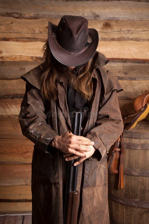 Haar-Gewehrblick des Cowboystaubtuchs ummauern langer unten lizenzfreie stockbilder