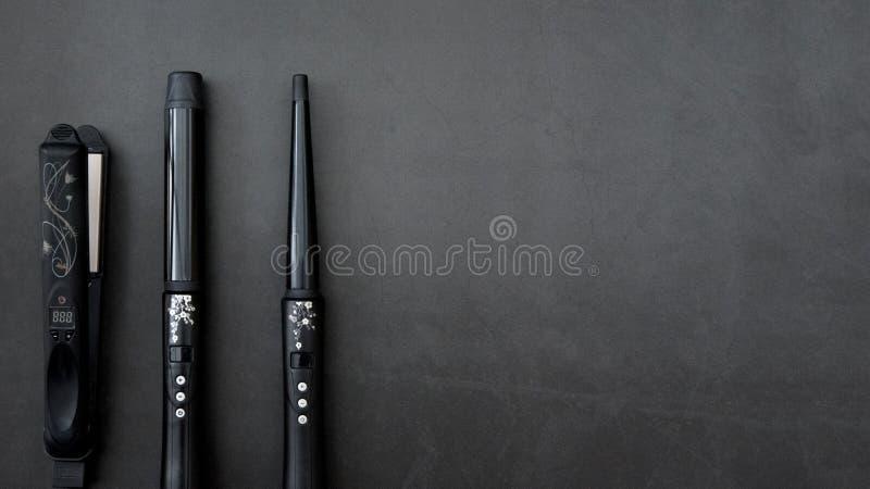 Haar het stileren toebehoren op zwarte, grijze achtergrond royalty-vrije stock foto's