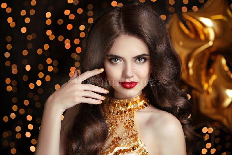 haar makeup Elegant brunette Mooie gelukkige glimlachende vrouw po stock foto's