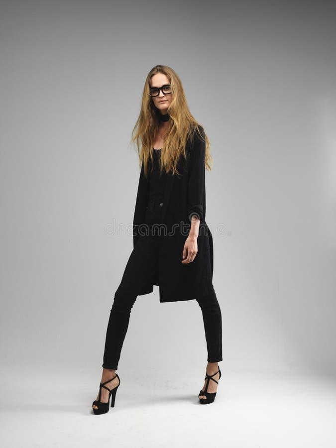 Haar-Modellfrau der attraktiven langen Beine lange, die geeky Gläser trägt stockbild