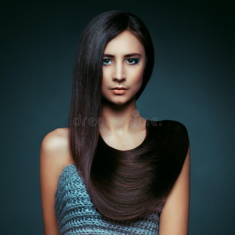 haar Mooi donkerbruin meisje Gezond Lang Haar Schoonheid Modelw stock afbeeldingen