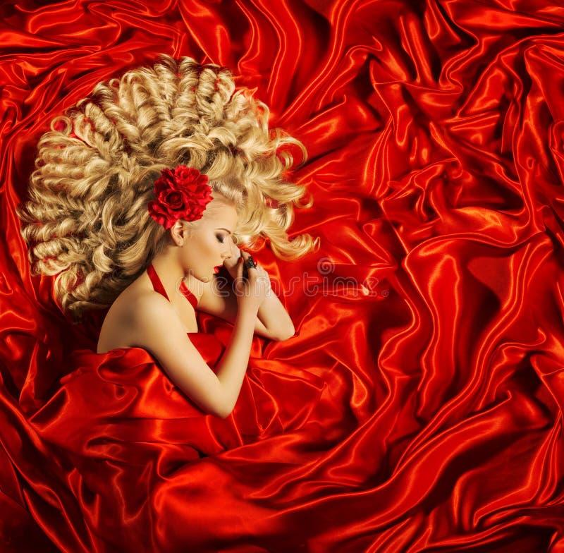 Haar-Schönheits-Kunst, Frauen-schöne gelockte Frisur, Mode-Modell lizenzfreie stockfotografie