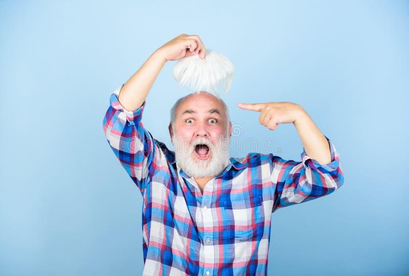 Haarausfall Frühe Zeichen kahl werdend Verlierendes Haar des Mannes k?nstliches Haar Stellen Sie sch?tzende Schablone und die Pil lizenzfreies stockfoto