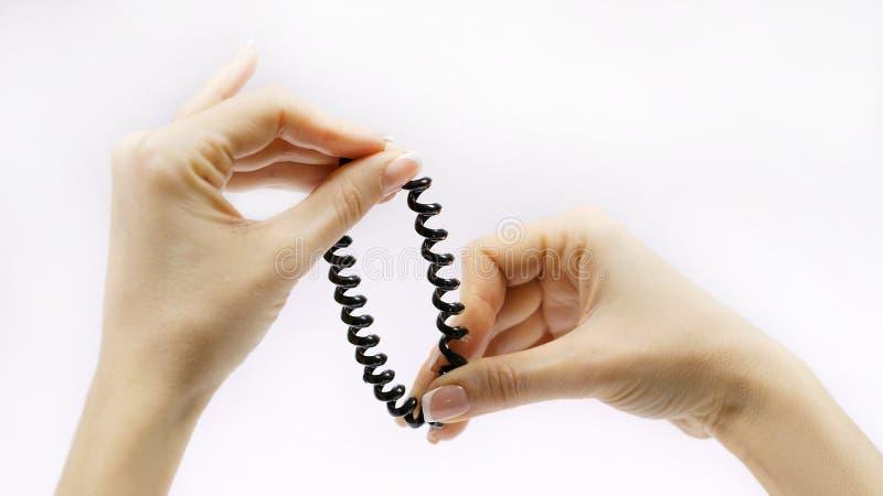 Haarband in vrouwen` s handen royalty-vrije stock foto's
