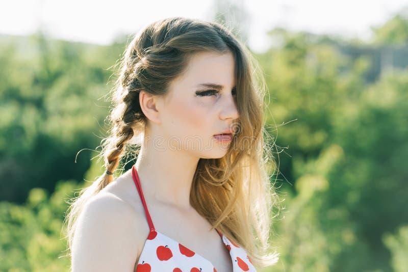 haarconcept Mooi meisje met halve hoofdhaarstijl op de zomer openlucht Vrouw met make-up en lang haar Het haar groeit zoals stock afbeeldingen