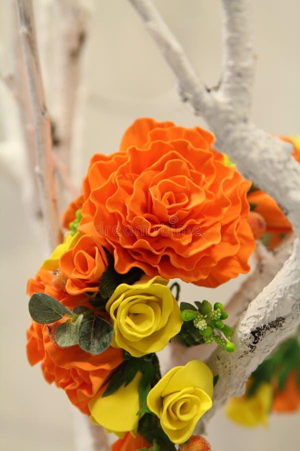 Haardecoratie wreth van kunstmatige gekleurde bloemen royalty-vrije stock foto's