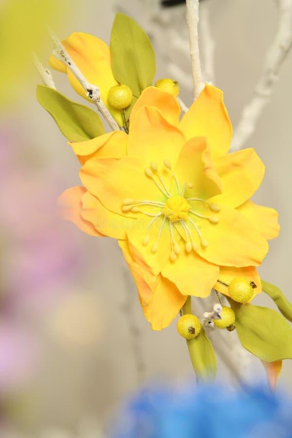 Haardecoratie wreth van kunstmatige gekleurde bloemen royalty-vrije stock fotografie