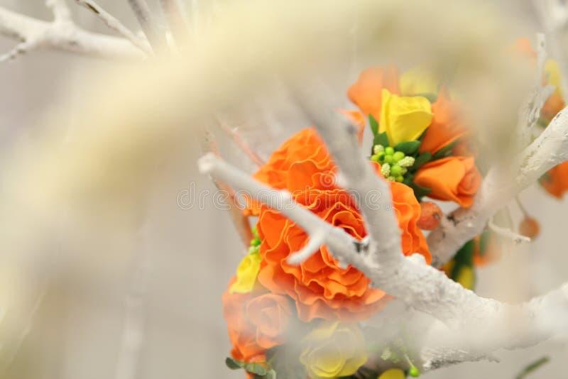 Haardecoratie wreth van kunstmatige gekleurde bloemen royalty-vrije stock afbeeldingen