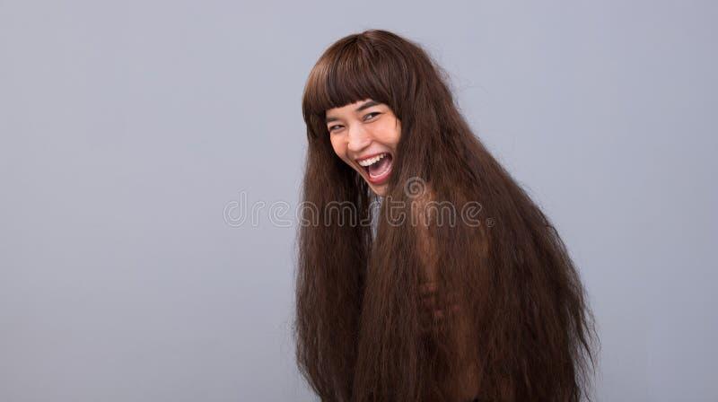 Haariges Mädchenporträt als einsame Dame des defekten Herzens stockfoto