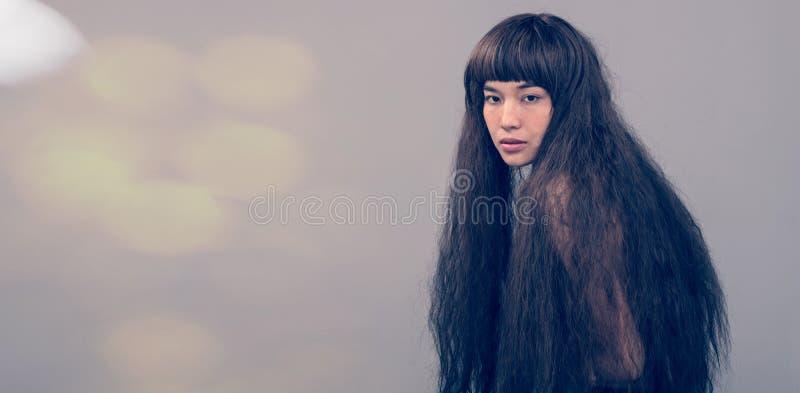 Haariges Mädchenporträt als einsame Dame des defekten Herzens stockfotos