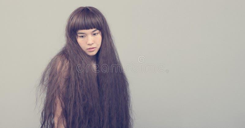 Haariges Mädchenporträt als einsame Dame des defekten Herzens stockfotografie