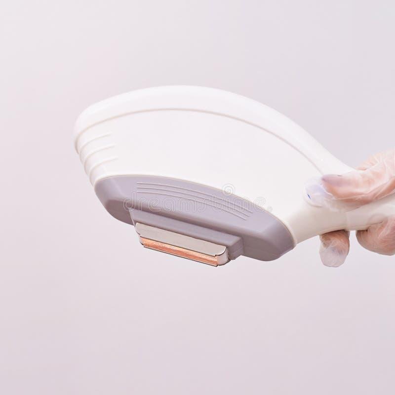 Haarlaser-Abbauservice IPL-Cosmetologygerät Berufsapparat Weiche Hautpflege der Frau lizenzfreie stockbilder