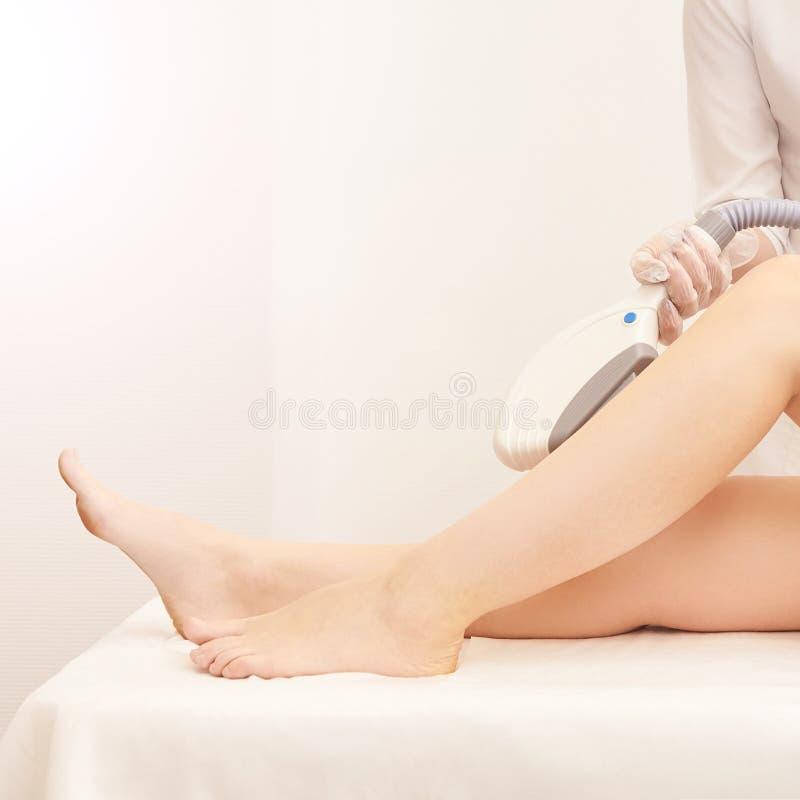 Haarlaser-Abbauservice IPL-Cosmetologygerät Berufsapparat Weiche Hautpflege der Frau lizenzfreie stockfotografie