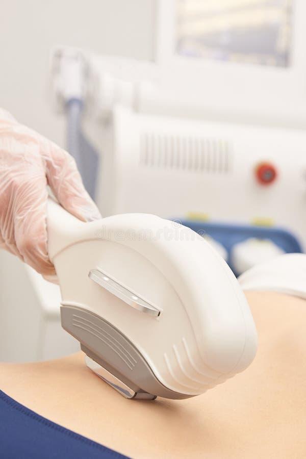 Haarlaser-Abbauservice IPL-Cosmetologygerät Berufsapparat Weiche Hautpflege der Frau stockbilder
