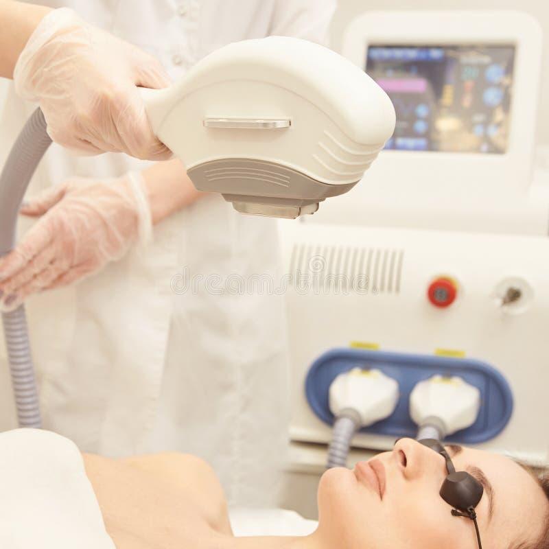 Haarlaser-Abbauservice IPL-Cosmetologygerät Berufsapparat Weiche Hautpflege der Frau stockfotos