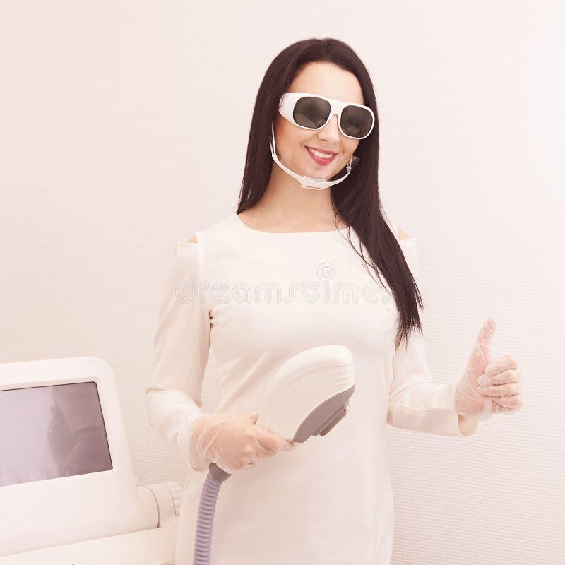 Haarlaser-Abbauservice IPL-Cosmetologygerät Berufsapparat Weiche Hautpflege der Frau stockbild