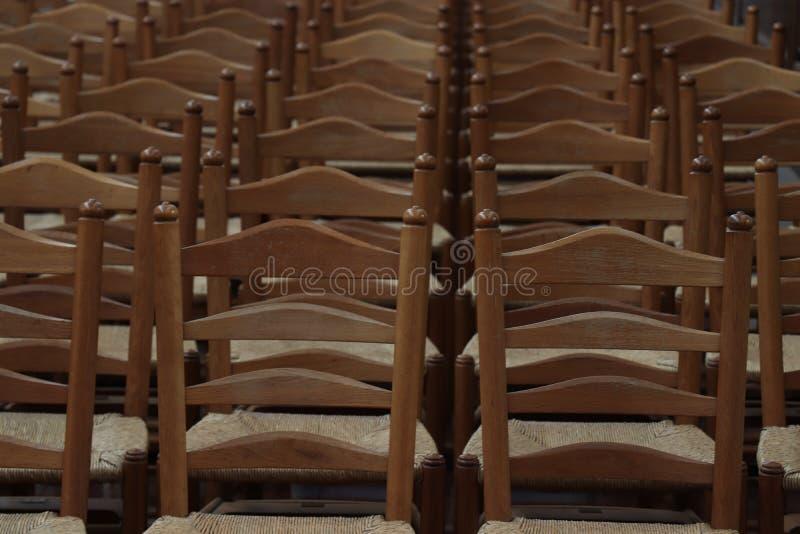 Haarlem, Paesi Bassi - 6 ottobre 2018: Sedie di legno nella chiesa della st Bavo immagini stock