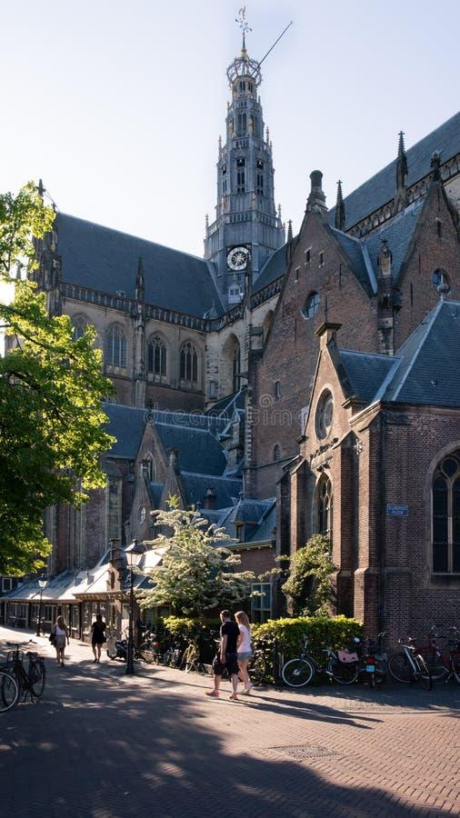 Haarlem, Pays-Bas, mai 2018 : La belle lumière du soleil superbe au-dessus de St Bavo a reformé l'église protestante dans la viei image stock