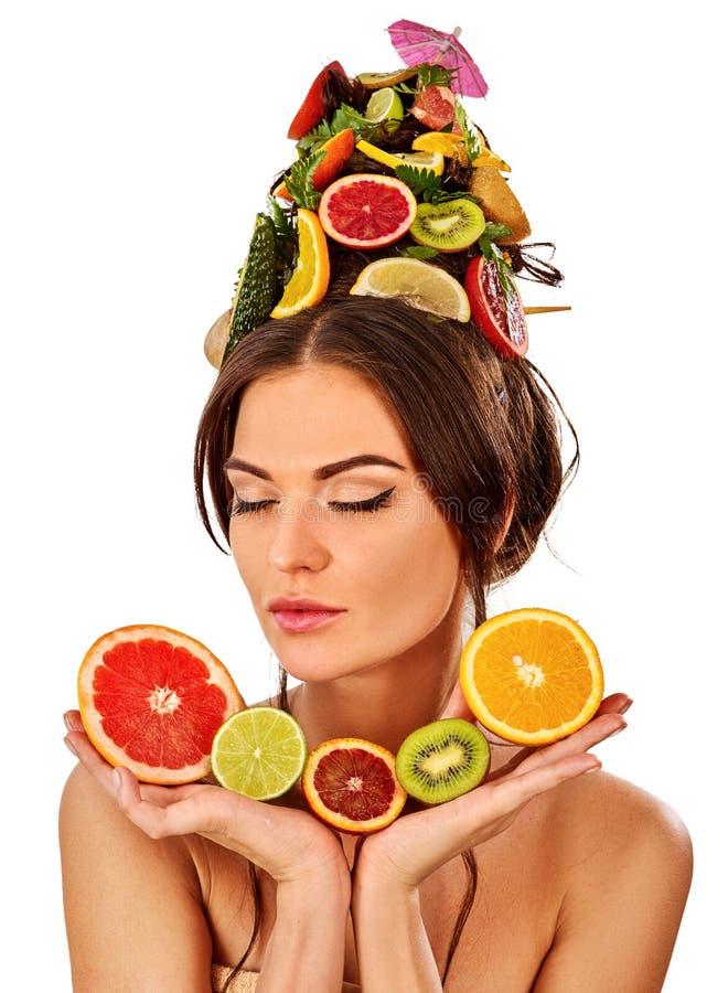 Download Haarmaske Von Den Frischen Früchten Auf Frauenkopf Bloße Schultern Stockbild - Bild: 107408705