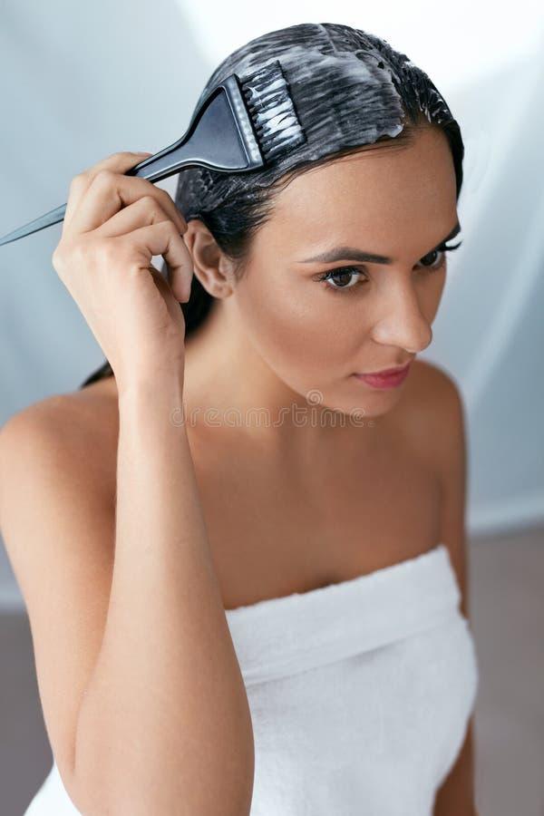Haarmasker Vrouw die Veredelingsmiddel op Lang Haar met Borstel, Haarverzorgingbehandeling toepassen royalty-vrije stock foto