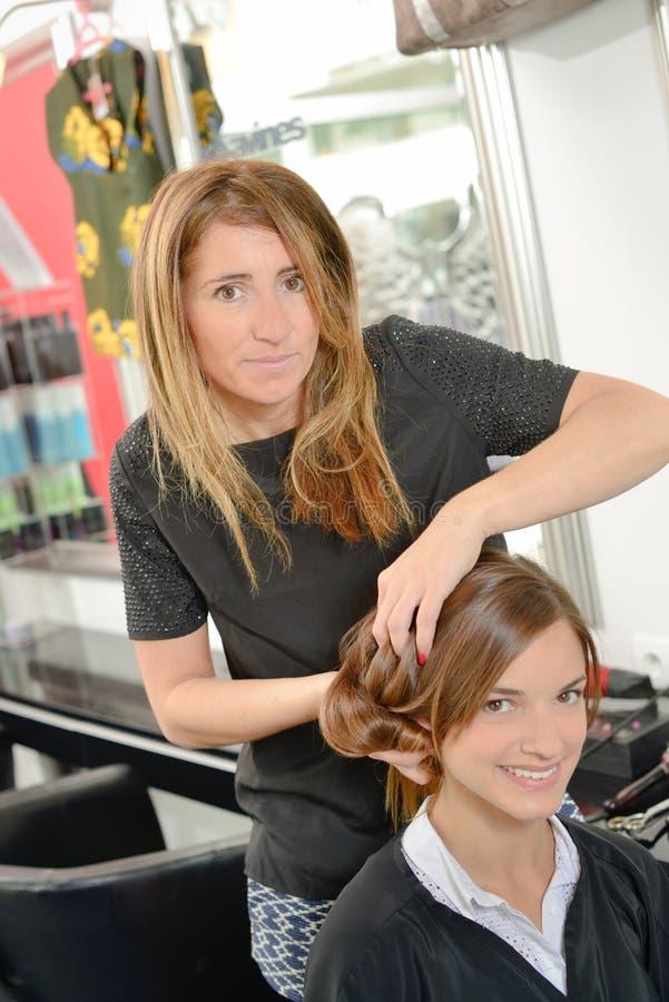 Haaropmaker het borstelen haar royalty-vrije stock fotografie