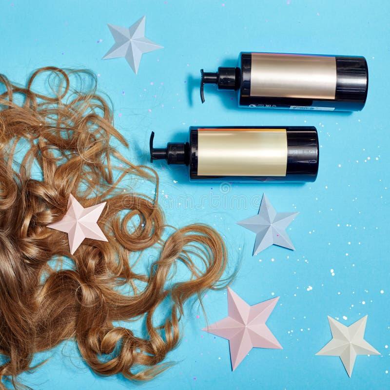 Haarpflege, langes schönes Haar und Shampoo, kosmetisch für Sorgfalt von starken gesunden Wurzeln Haar, das auf blauem Hintergrun stockbild
