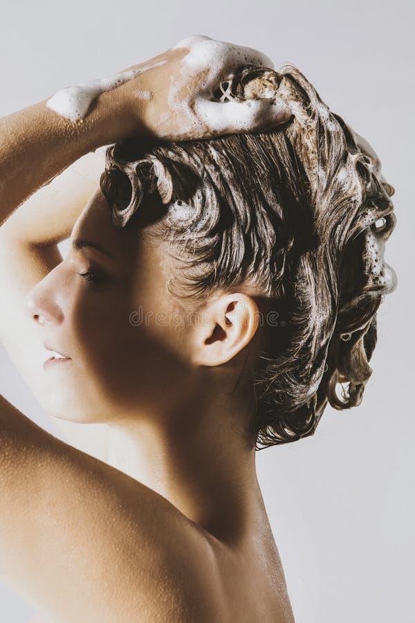 Haarpflege mit shapoo lizenzfreies stockbild
