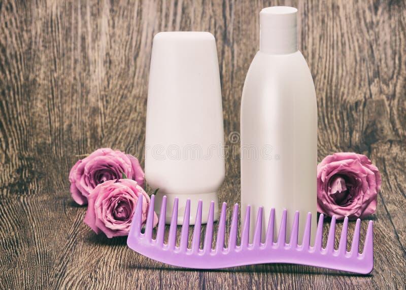 Haarpflege und anreden Produkte mit Kamm stockfotos
