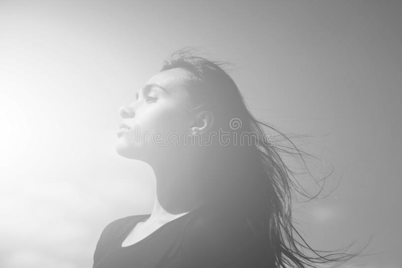Haarpflege und Naturschönheit, Frau mit dem Wellenartig bewegen, langes, brunette Haar lizenzfreies stockbild